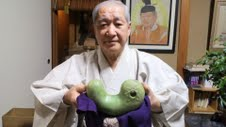 Rival emperor stakes claim to Japanese throne, shows evidence he is the real deal